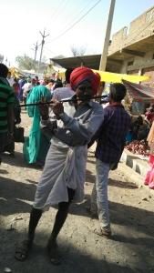 वालपुर भगोरिया में बांसुरी